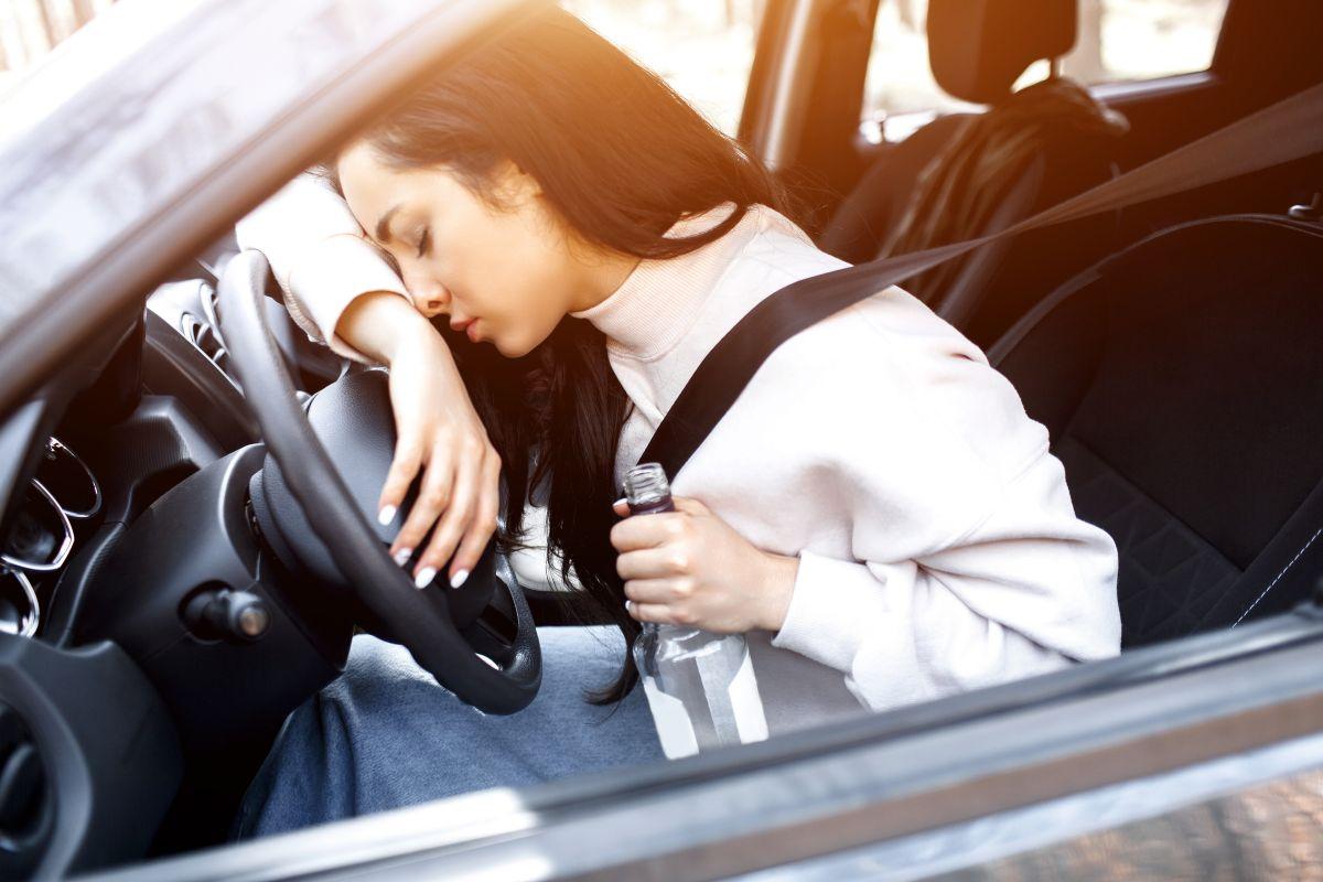 pijana kobieta za kierownicą