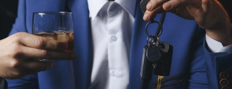 alkohol w jednej dłoni a w drugiej kluczyki od auta