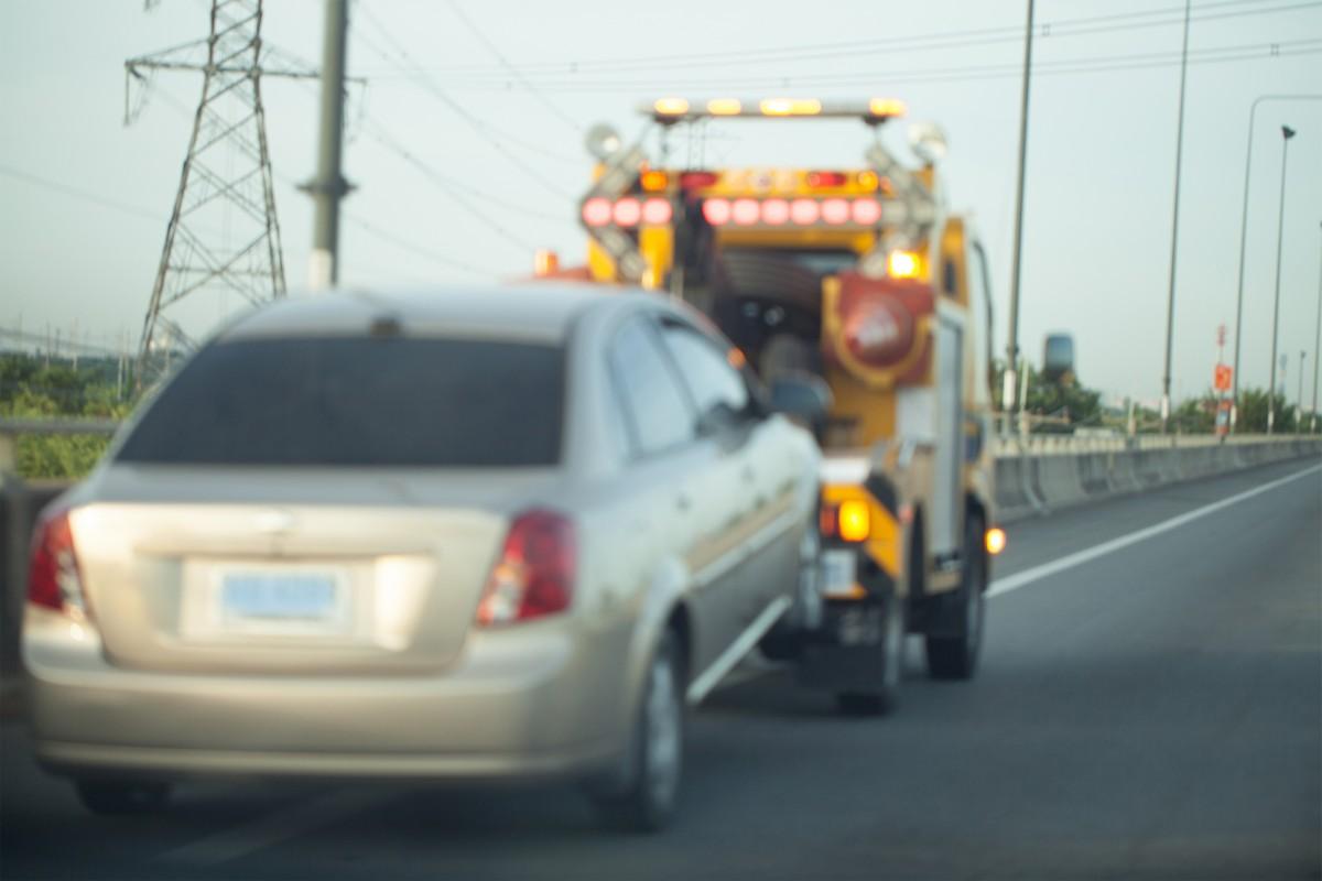 holowanie auta na drodze na widłach