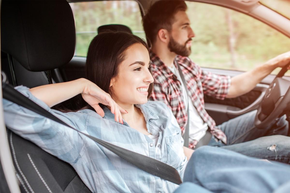 para jedzie samochodem